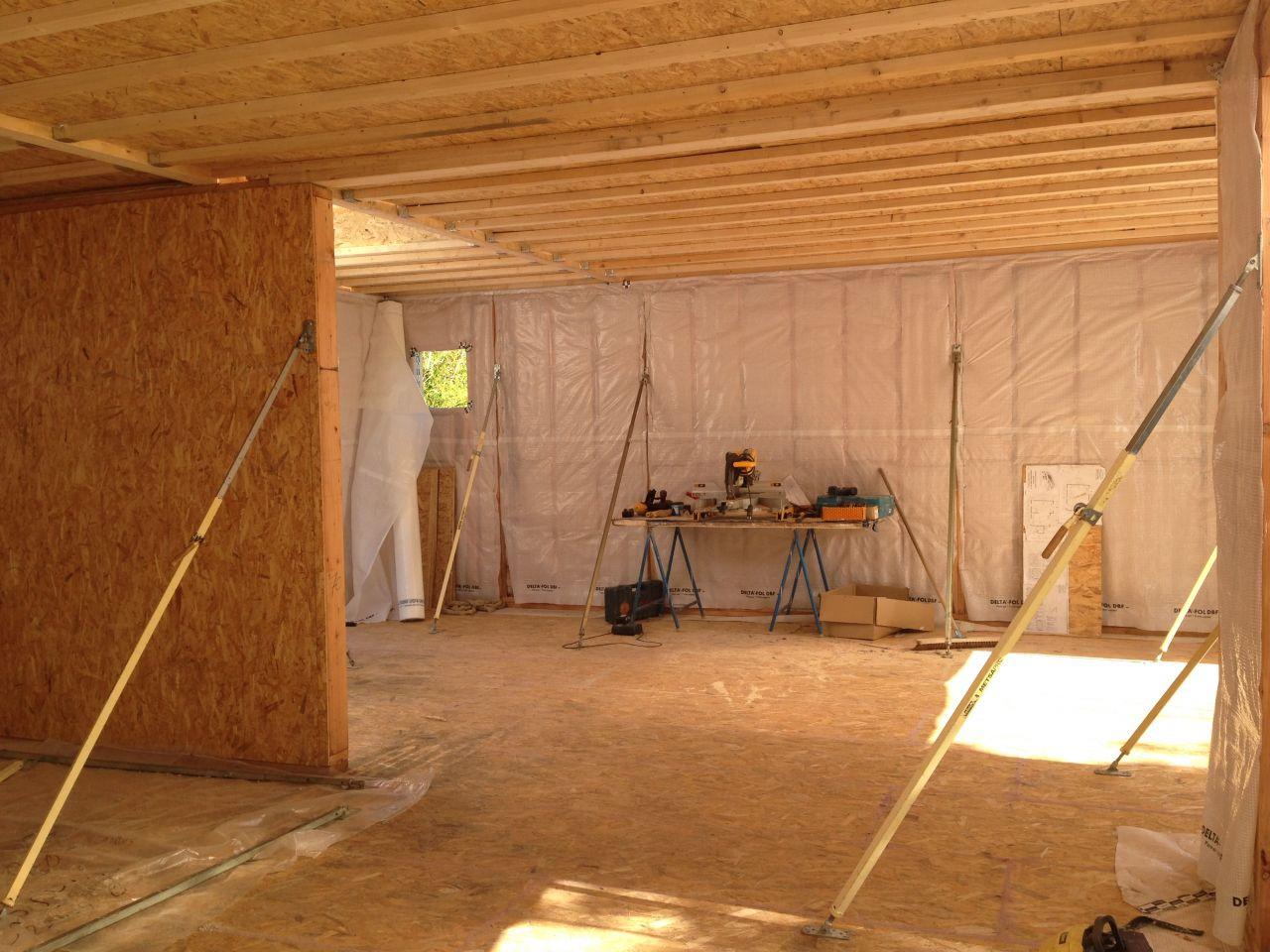 Plancher 1er étage en cours de montage. Même système que dalle du bas avec isolation ouate de cellulose.