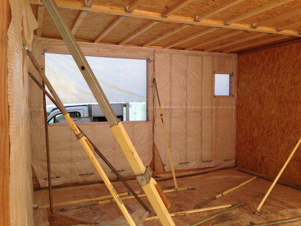 Plancher 1er étage en cours de montage. Même système que dalle du bas avec isolation ouate de cellulose. il y aura ensuite le faux plafond avec espace technique.