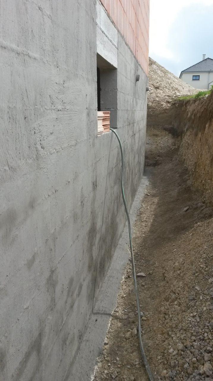 2éme couche à la brosse de l'enduit imperméabilisant (SIKA Fondation SP) sur les murs du sous sol