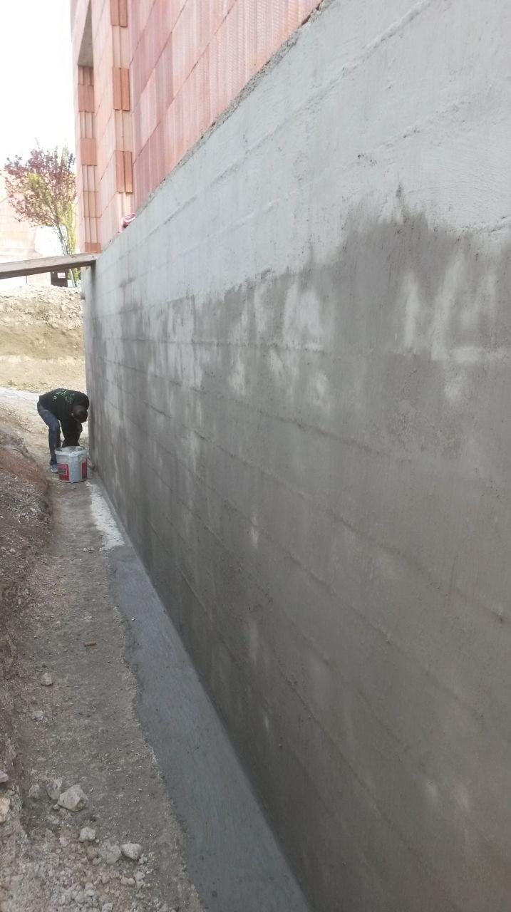 2éme couche à la brosse de l'enduit imperméabilisant (SIKA Fondation SP) sur les murs du sous sol et les fondations