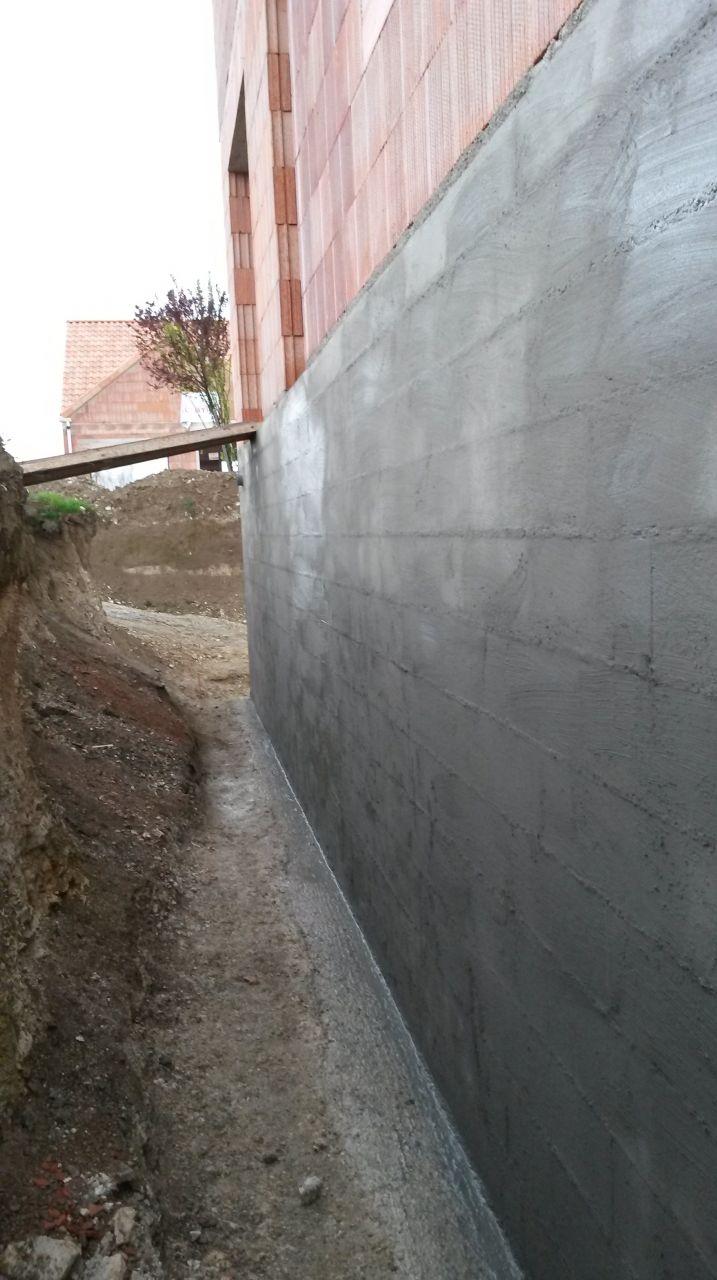 1ére couche à la brosse de l'enduit imperméabilisant (SIKA Fondation SP) sur les murs du sous sol