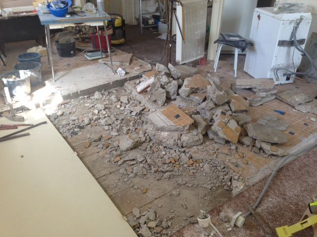 Avant de construire, il faut... détruire ! <br /> Ici, après les cloisons, ce sont les deux dalles béton de l'ancienne cuisine et de la salle de bain qui trépassent. D'à peine 5cm du coté le plus mince, elles font jusqu'à 15cm de l'autre... Avec divers ferraillages de fortune à l'intérieur. <br /> Le tout avait été coulé directement sur le vieux plancher. No comment !