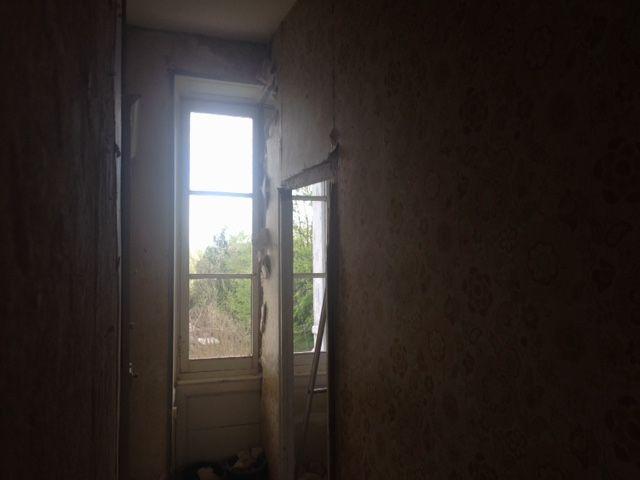 Encore une bonne idée bricolage. <br /> Ménager un couloir bien sombre en mettant une cloison carrément au milieu d'une fenêtre... <br /> Elle est en brique plâtrière et directement posée sur le plancher...