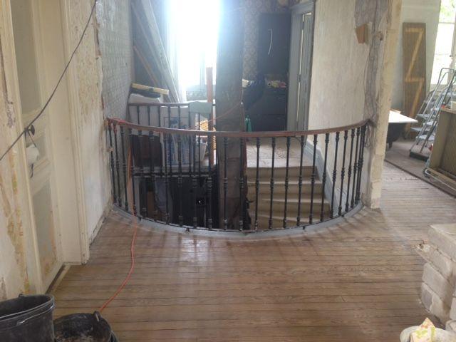 Sans la cloison et vu de l'intérieur de la maison cette fois. <br /> Je suis très très satisfait du résultat. <br /> Notez le conduit d'évacuation des fumées de la chaudière qui passe au beau milieu de la cage d'escalier... <br /> Vivement qu'on la démonte cette horreur !
