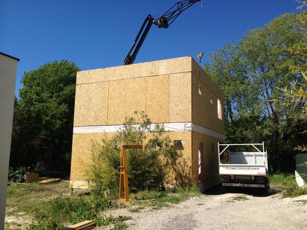 Montage murs du 1er étage. La maison présente sa hauteur finale. De ce côté là, c'est un cube