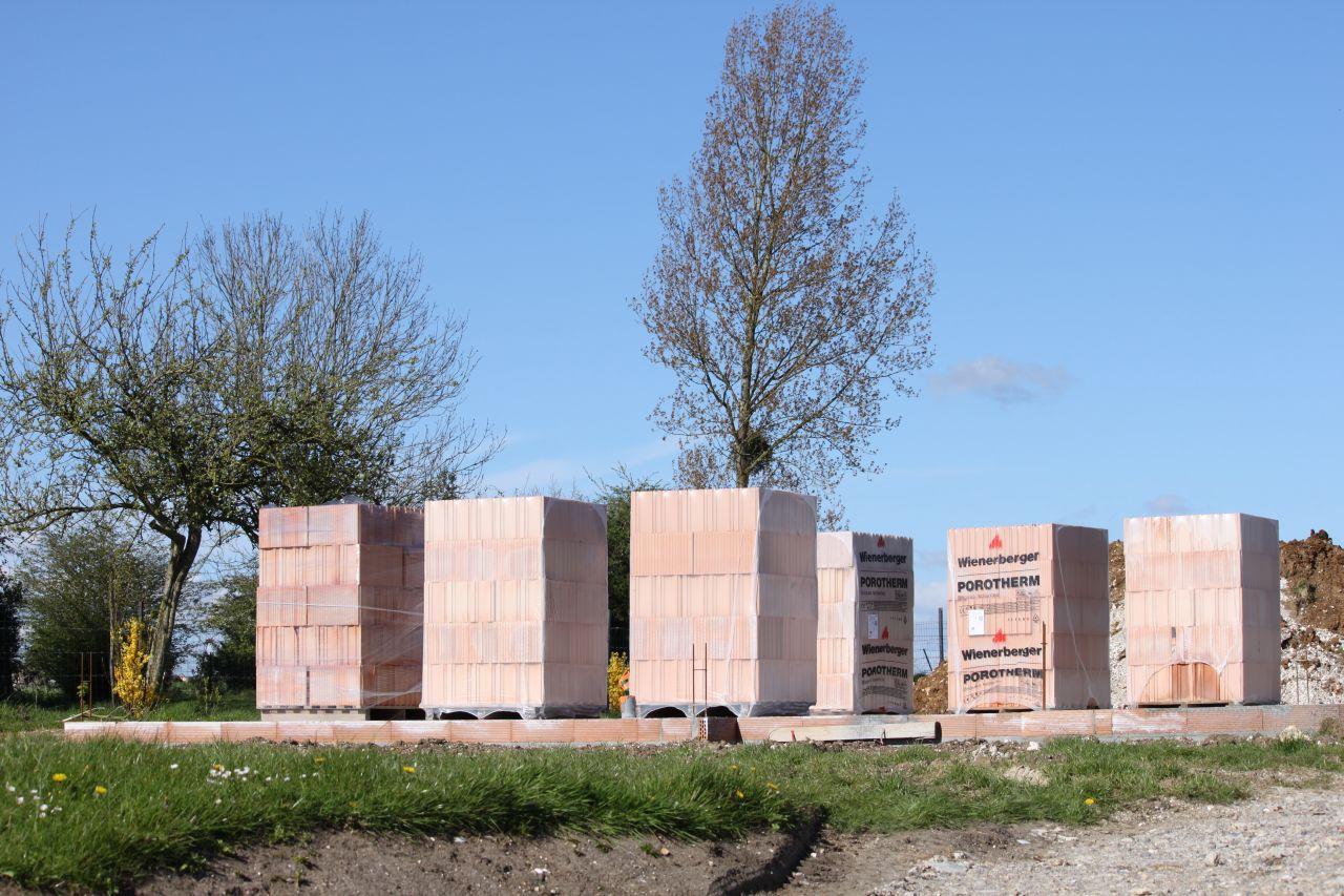 livraison des briques pour l 39 l vation des murs el vation des murs el vation des murs jour. Black Bedroom Furniture Sets. Home Design Ideas