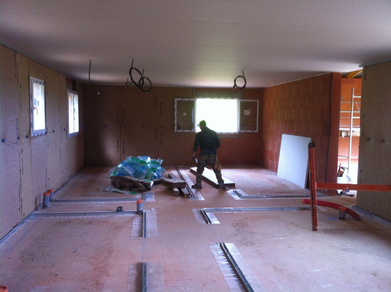Mr Mauvais notre plaquiste en plein travail. le plafond de la partie nuit vient d'être posé.