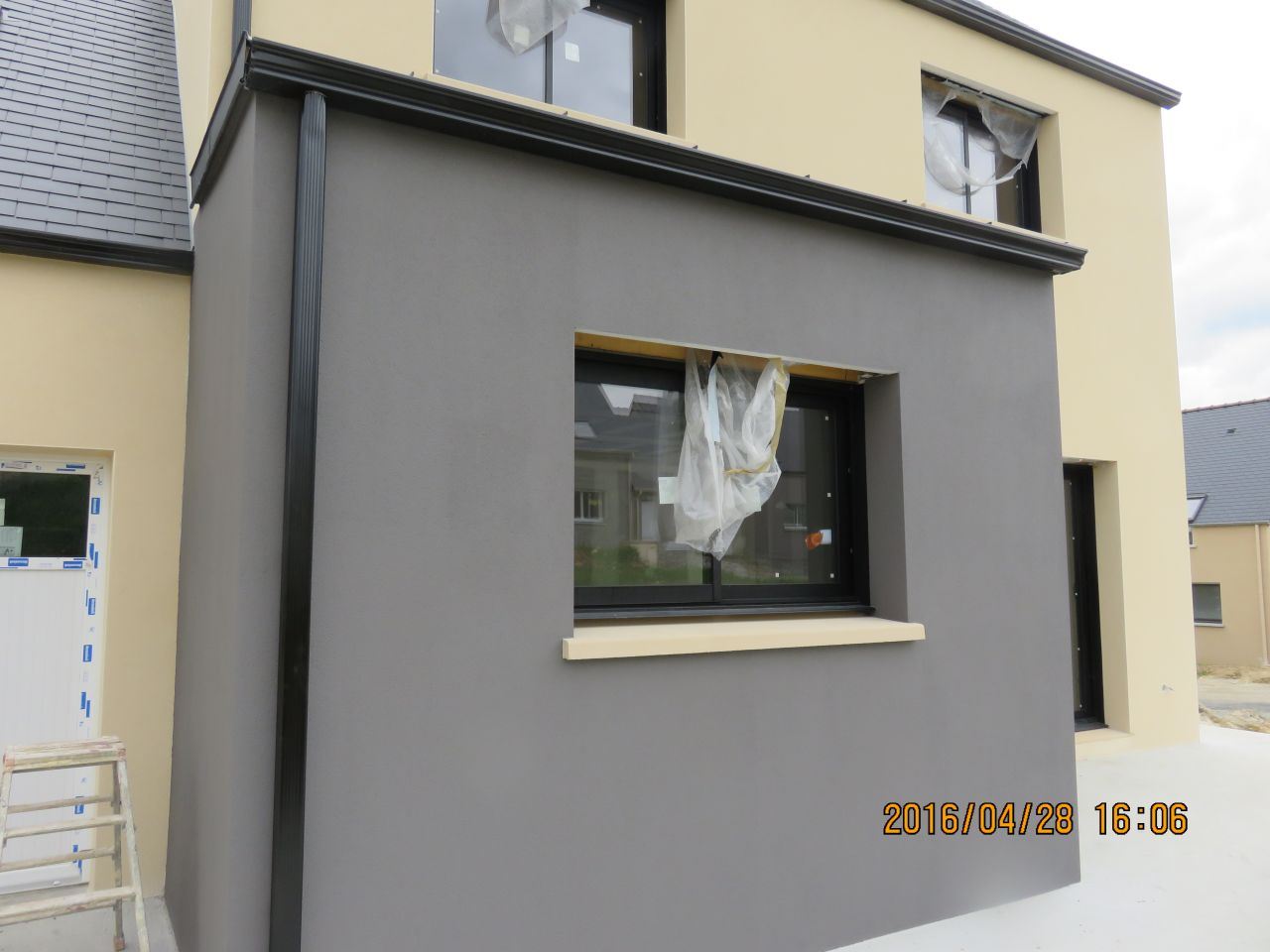 enduit de facade gris enduit facade gris clair maison design photos de maisons neuves couleur. Black Bedroom Furniture Sets. Home Design Ideas