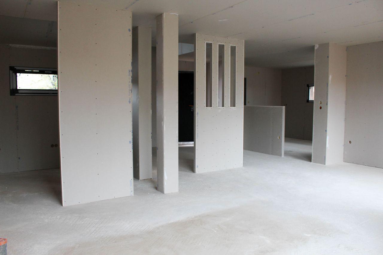 Bureau à gauche, cuisine au fond et entrée derrière la cloison ajourée.