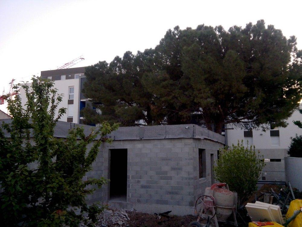 Pose du toit terrasse avec son pare-pluie en attente d'ITE