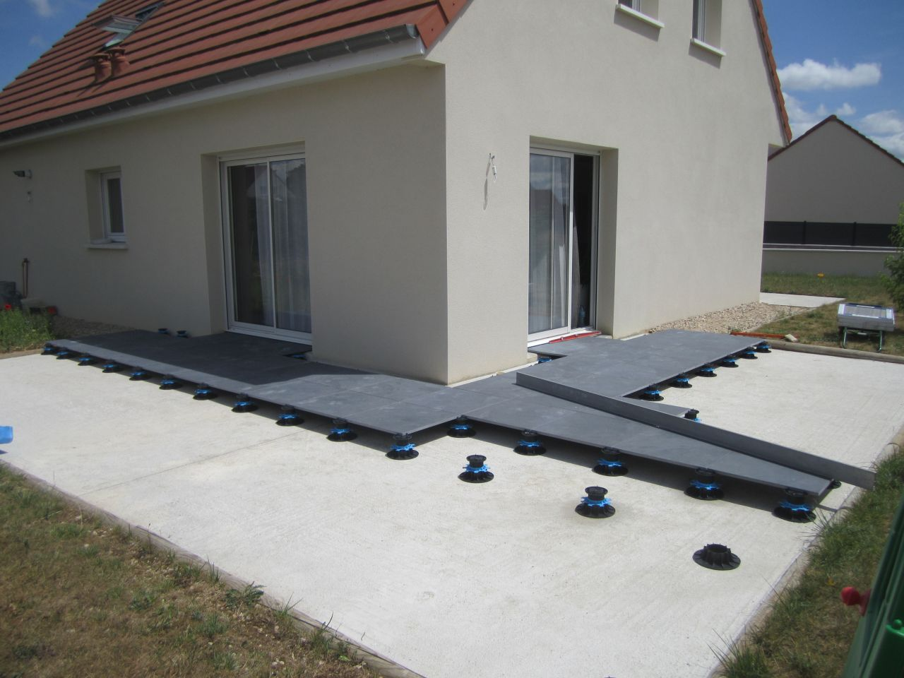 Photo pose de dalle gr s c ramique de 60 60 sur plot for Pose de carrelage sur terrasse