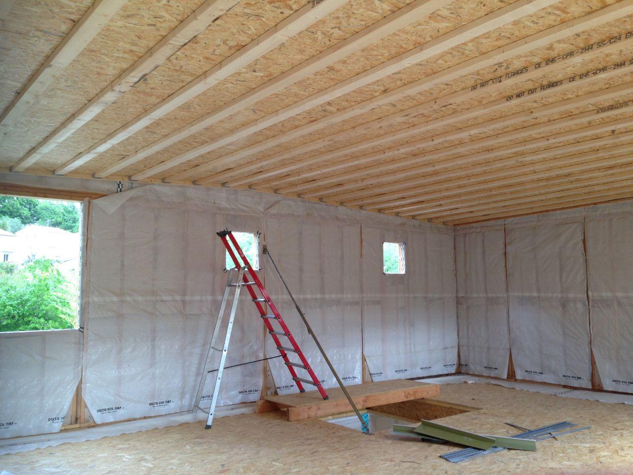 Couverture du 1er étage finie avec isolation ouate de cellulose placée. Il y aura ensuite le faux plafond avec l'espace technique.
