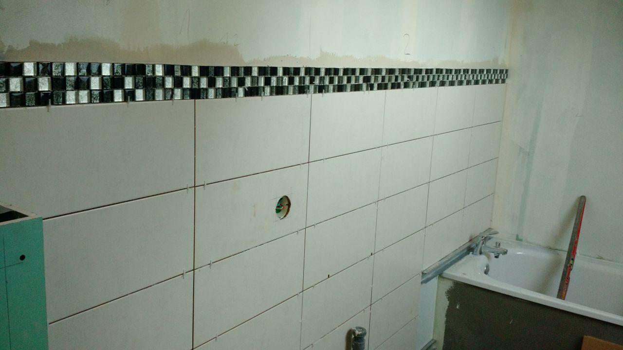 Cacher le vilain tuyaux wc fa ence salle de bain en for Prix pose carrelage salle de bain