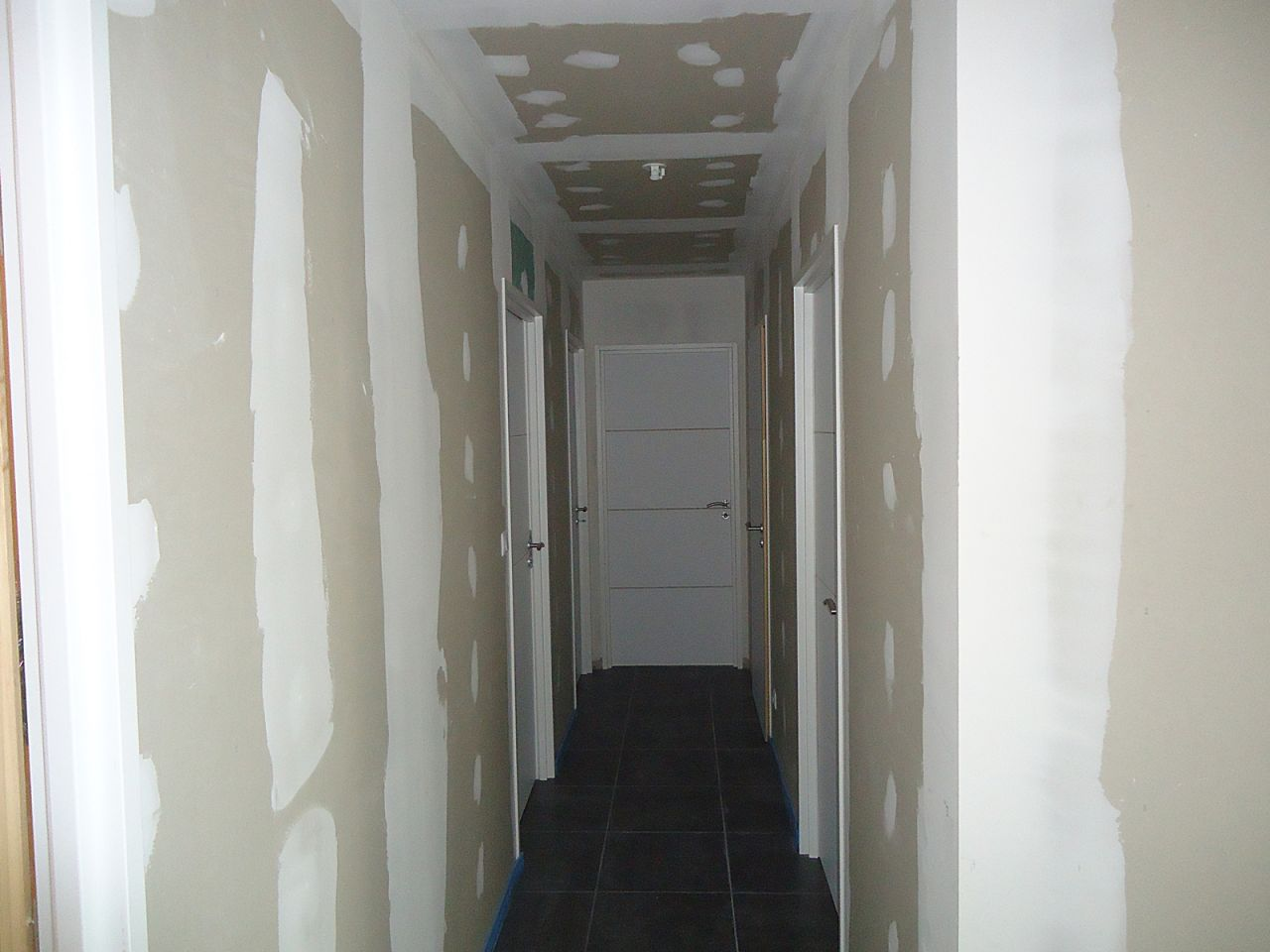 Carrelage fin peinture cellier terrassement for Poser porte interieur