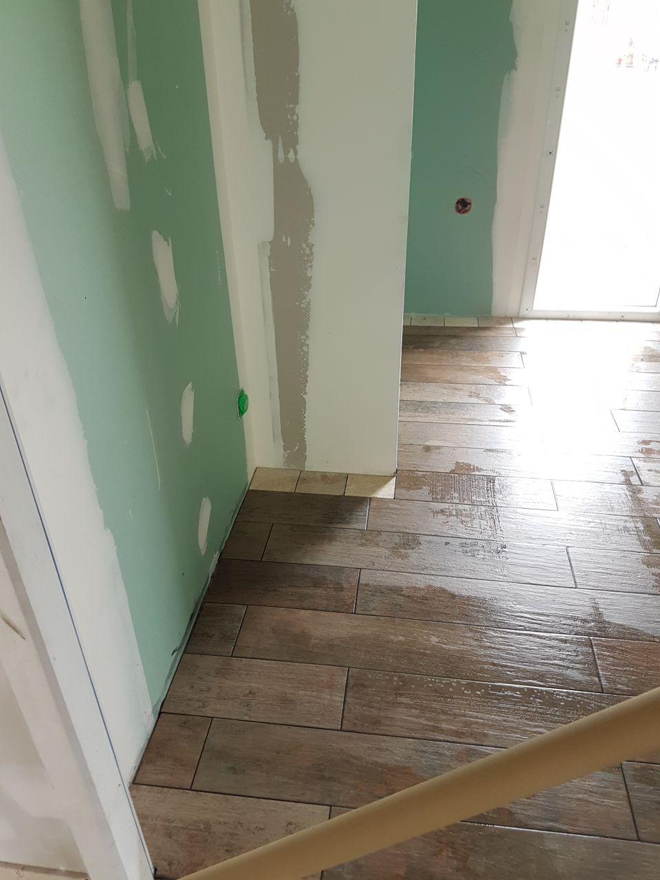 photo salle de bain carrelage pont de bateau et bandeau de rappel de travertin du bac de douche. Black Bedroom Furniture Sets. Home Design Ideas