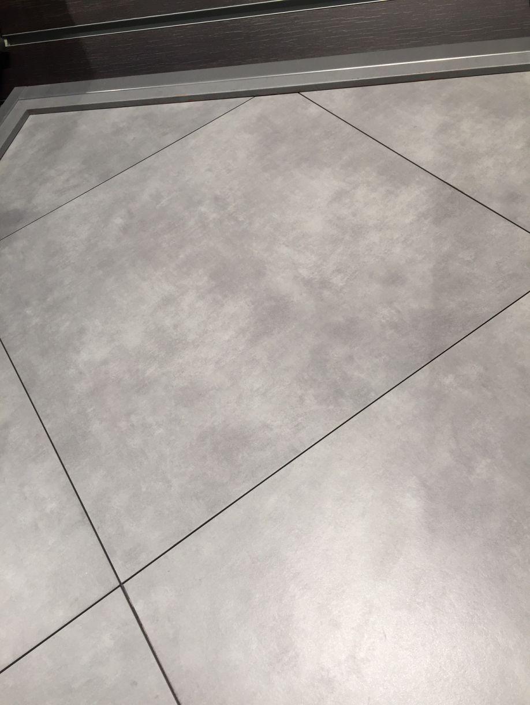Photo carrelage cachemire gris clair choisi chez cma for Carrelage gris clair