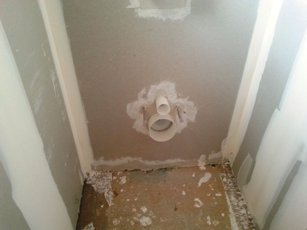 Batî support WC suspendus et coffrage jusqu'au plafond.