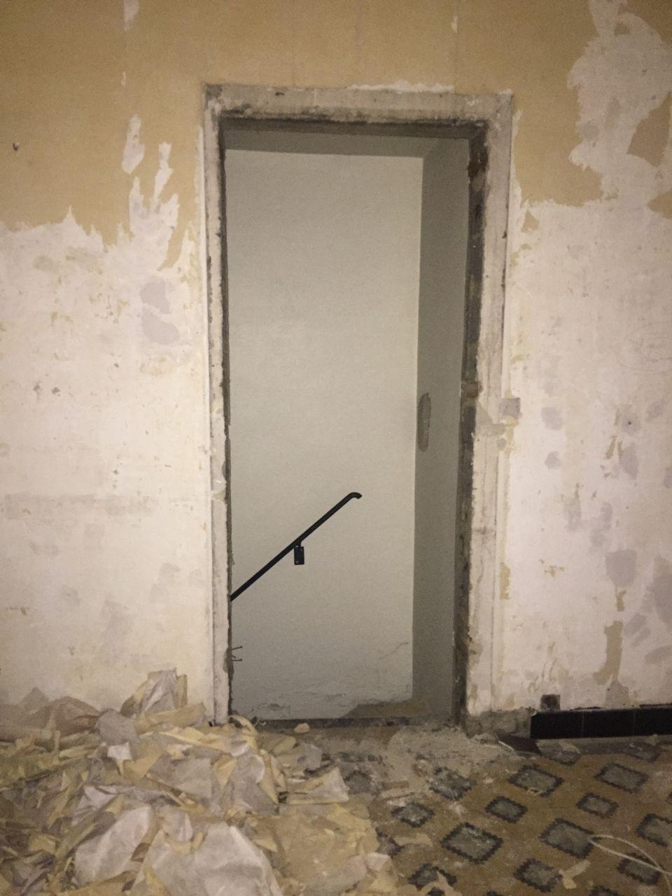 Démolition de la porte de la cave pour déplacer l'entrée dans le garage.