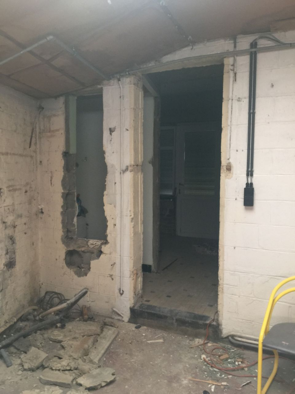 """Vue du garage vers la future cuisine. <br /> Destruction du mur des toilettes, de la petite cuisine et de la pièce de """"repos"""""""