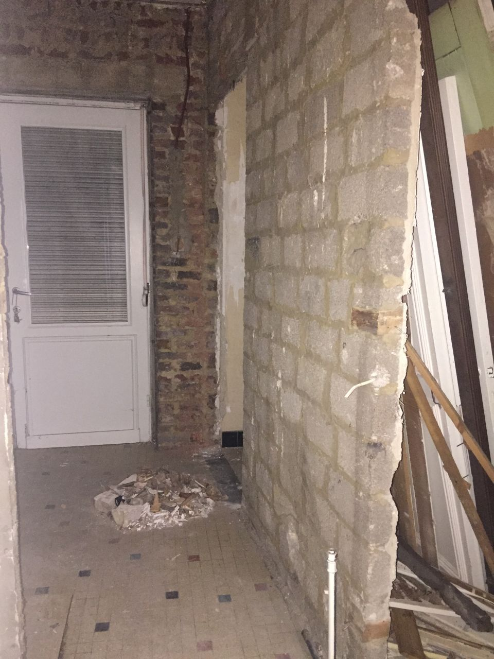 """Mur mis à nu entre la petite cuisine et la pièce de """"repos"""""""