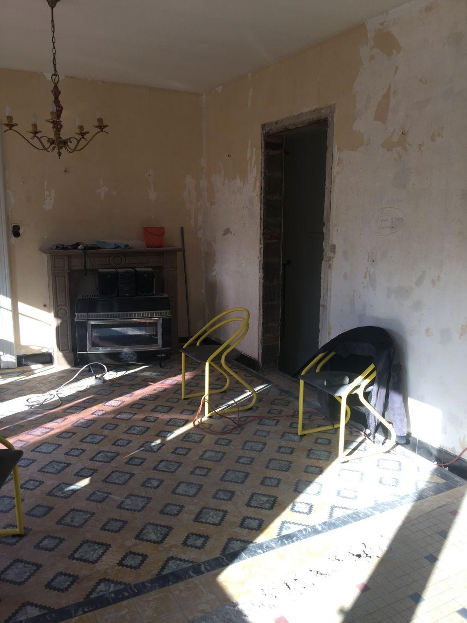 """Murs abattus entre les toilettes, la petite cuisine et la pièce de """"repos"""""""