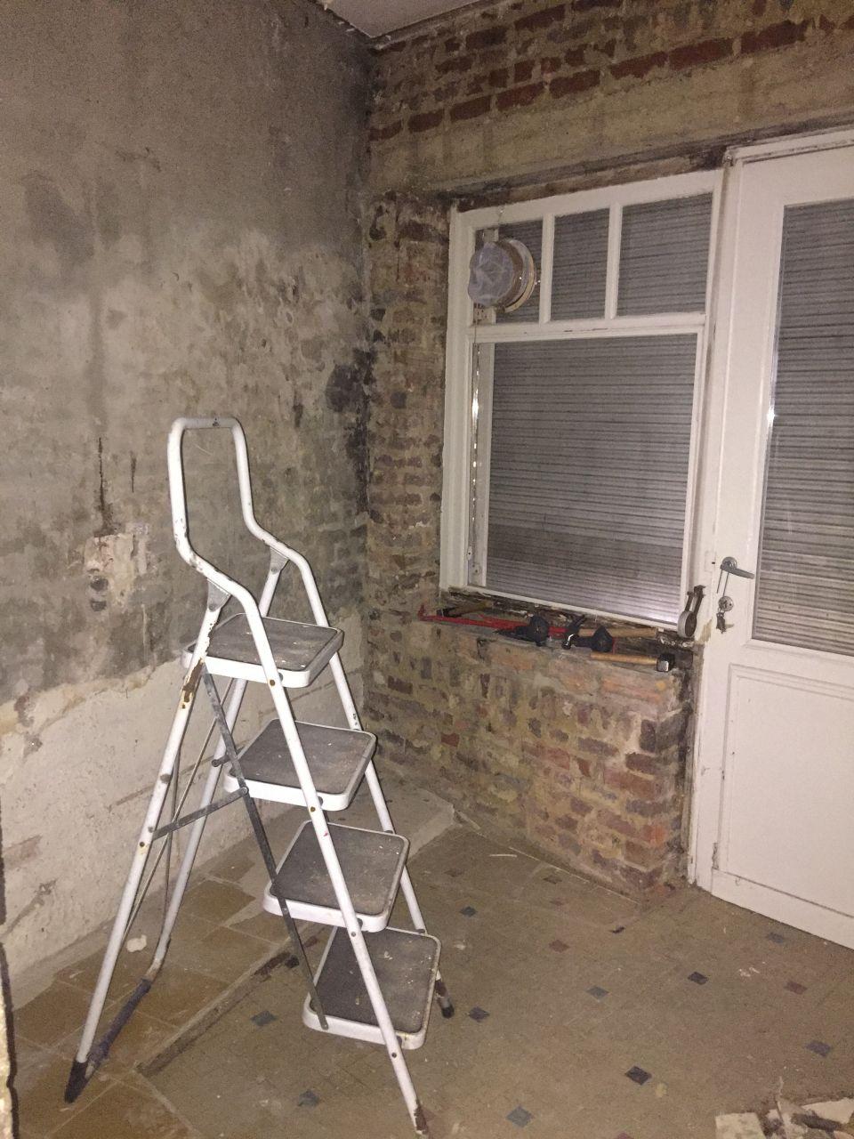 Murs mis à nu dans l'ancienne petite cuisine.