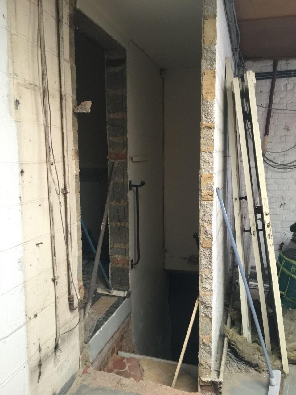 Nouvelle entrée de la cave réalisée et marches redressées (l'autre ouverture correspond à l'ancienne entrée de la cave dans la cuisine)