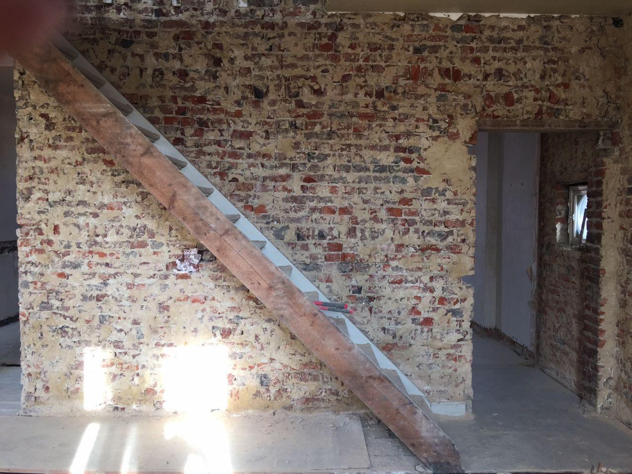 Mise à nu des murs de l'étage. <br /> Escalier vers le grenier qui va être transformé en suite parentale.