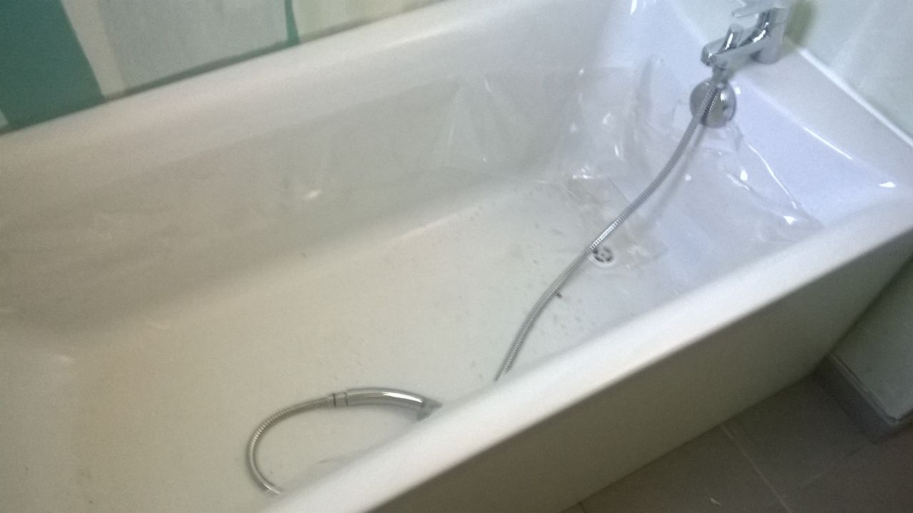 Tuyau de douche appuyé contre la bonde (mitigeur trop court ? )