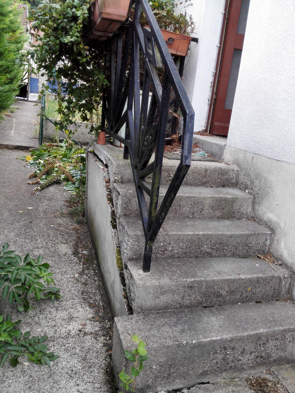 Accès extérieur côté pignon de la porte principale