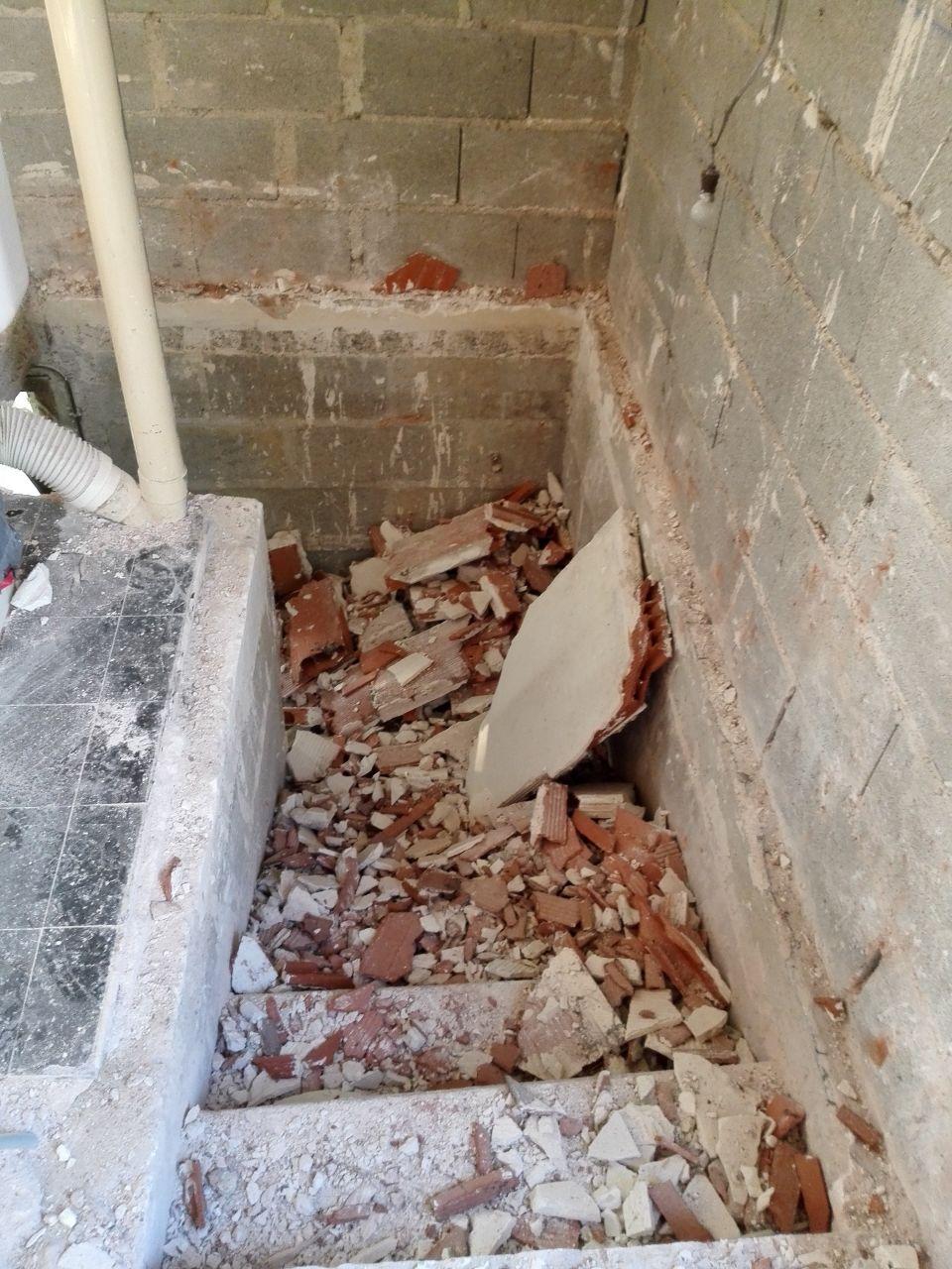 L'escalier du sous-sol un peu encombré