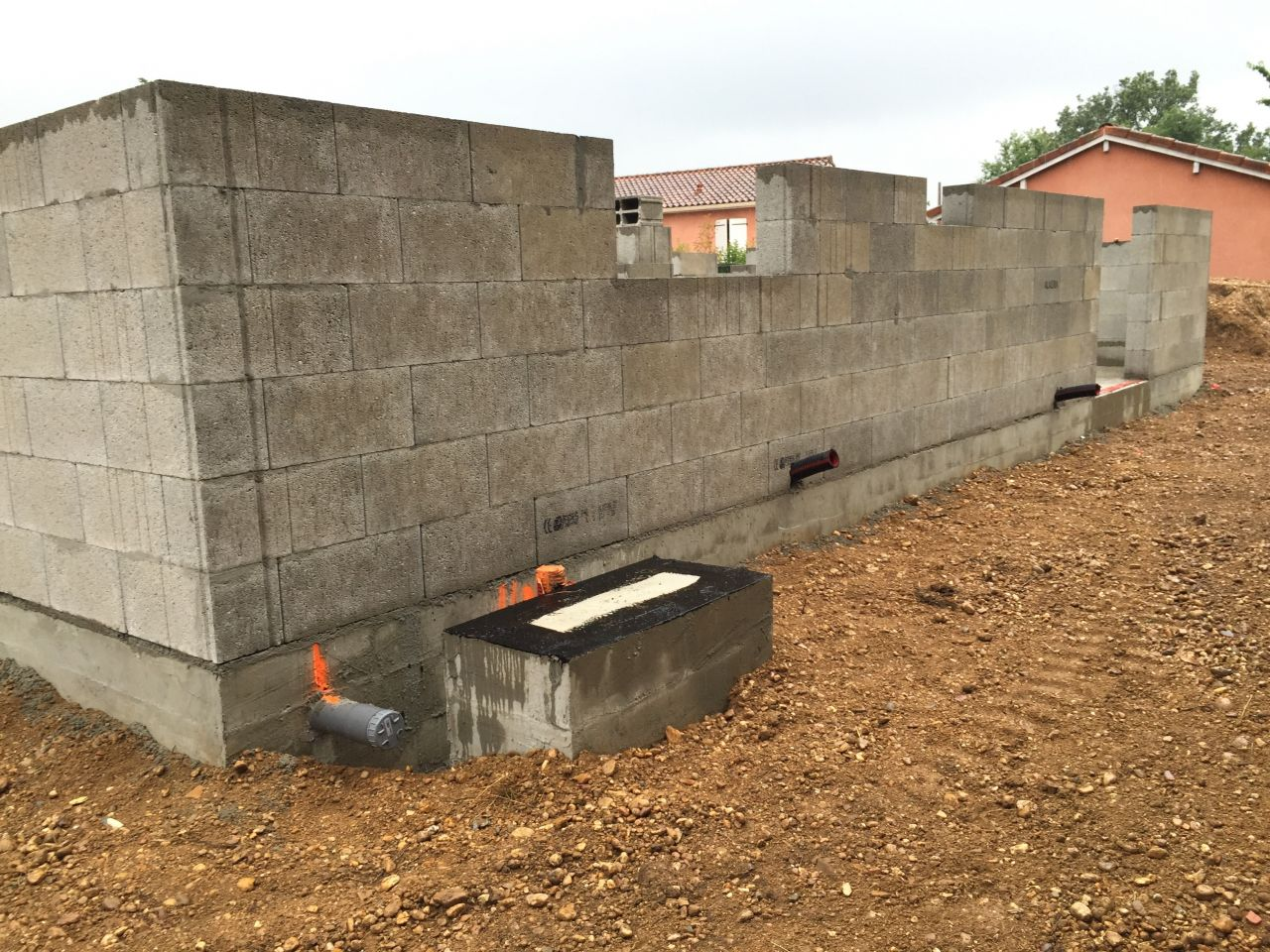 Elévation des murs en cours.