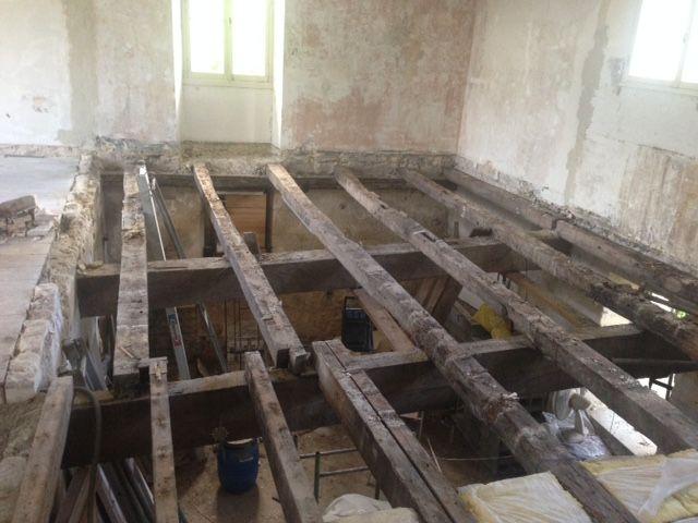 Sous le parquet, les vieilles solives (la partie à droite reste à faire.