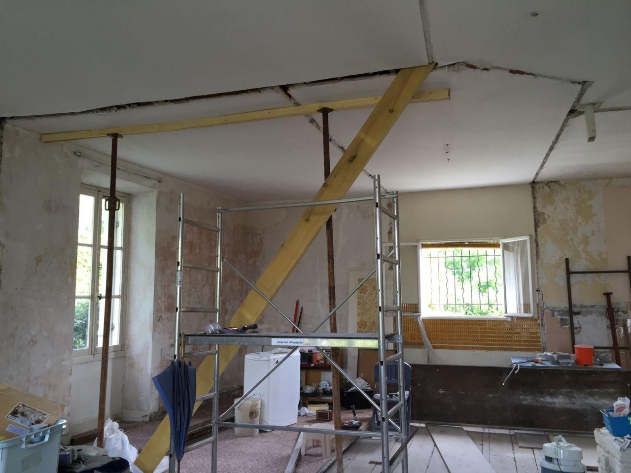 Une partie des murs intérieurs soutenaient le plafond en lattis. <br /> Opération re-suspension du plafond ! <br /> Heureusement, la charpente, elle, repose exclusivement sur les murs extérieurs.