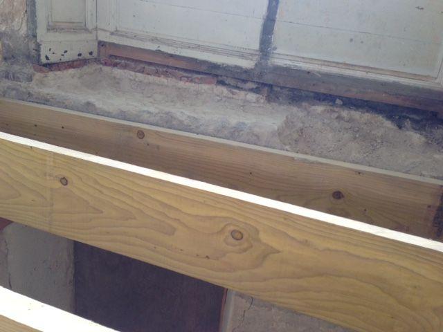 Problème de niveau à cause des linteaux des petites fenêtres du rez de chaussée...