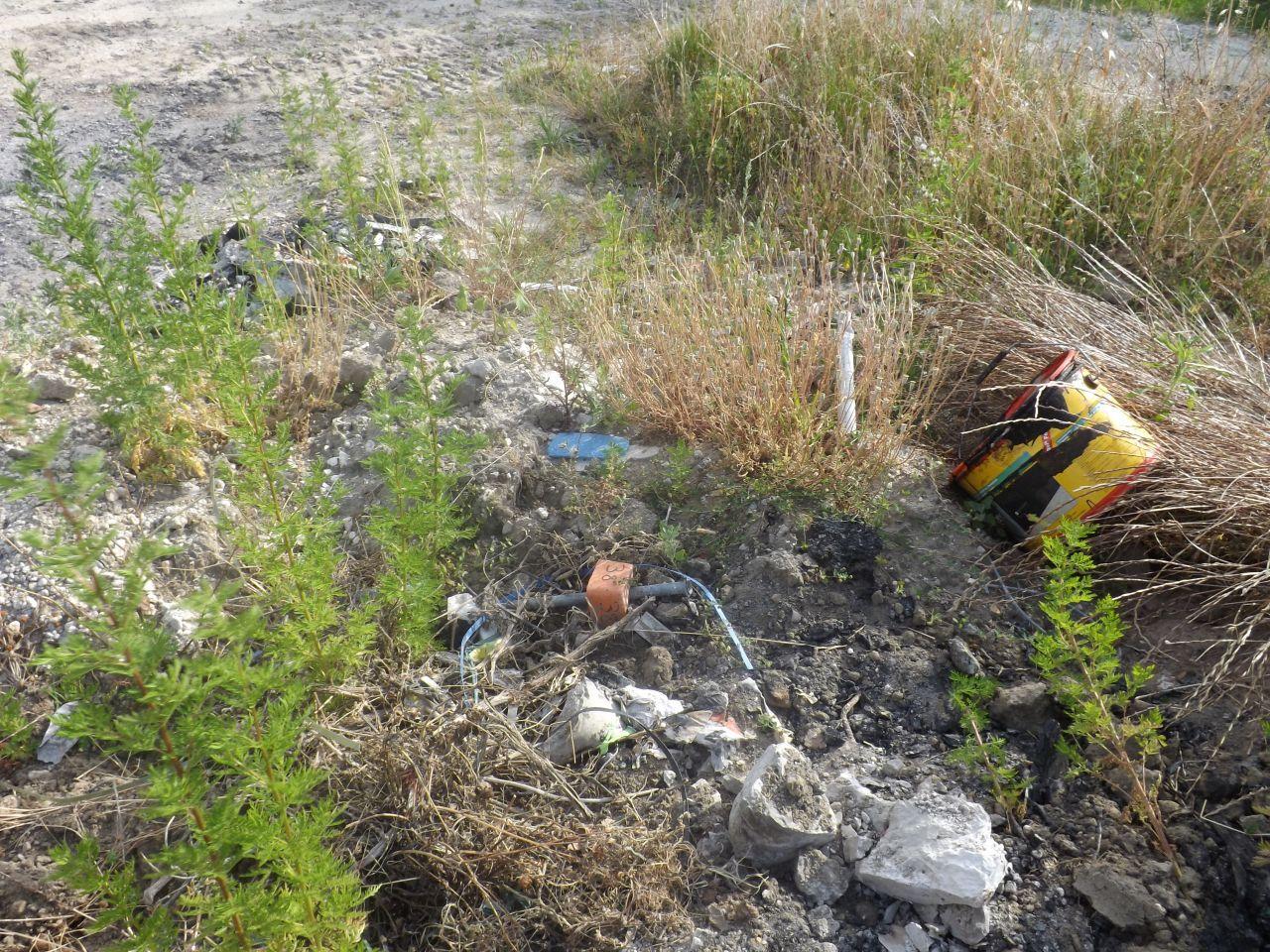 Le terrain est propre en comparaison de ce qu'il était encore il y a peu de temps. On est passé enlevé quelques clous (environ 3kg pour 50% du restant de palettes brulées sur le terrain). Une borne a été arrachée et encore quelques restes...