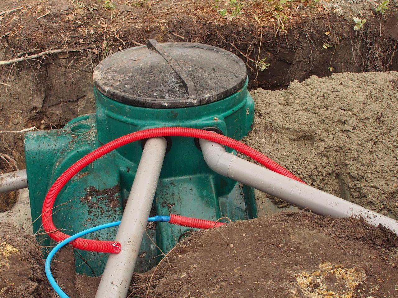 les gouttières arrivent dans la cuve de recupération d'eau de pluie.
