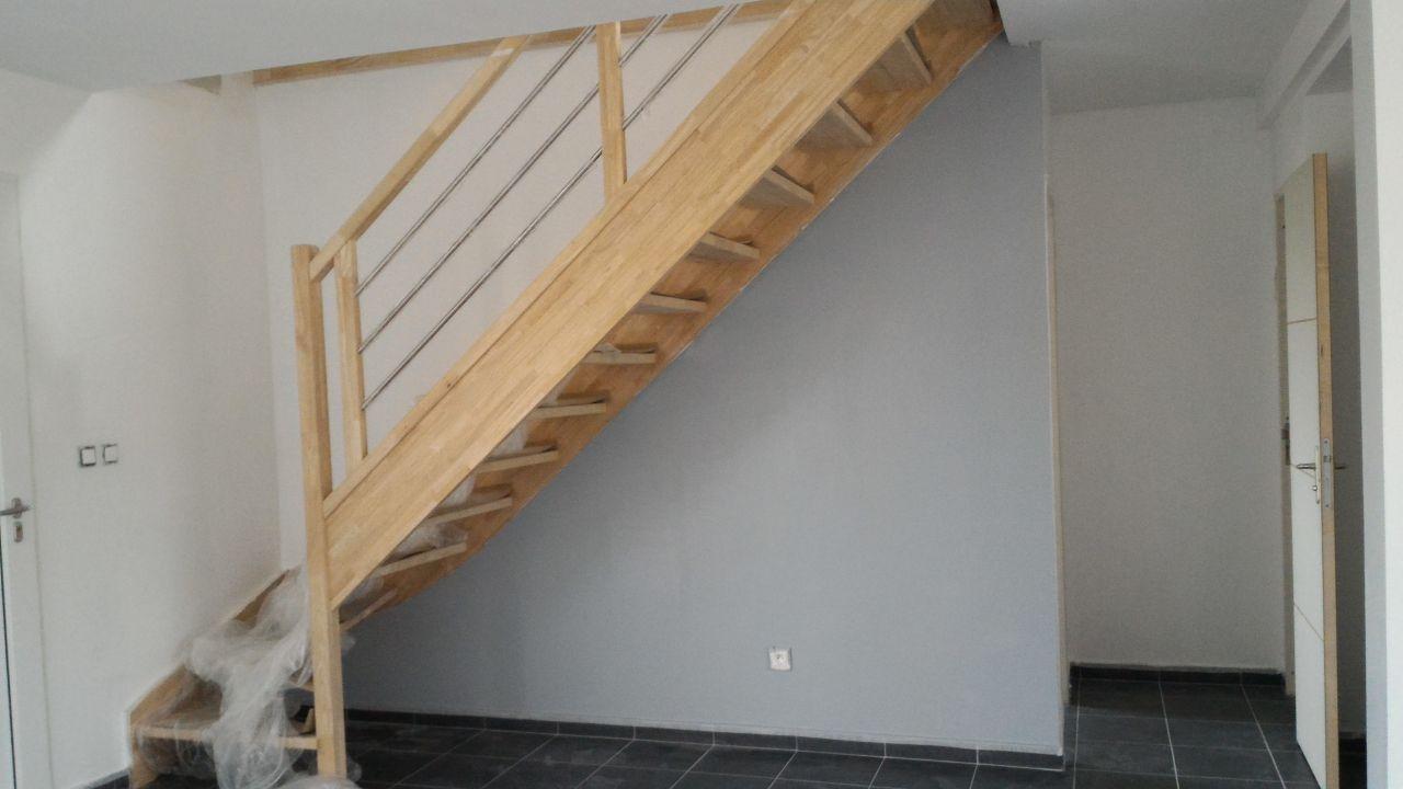 Photo première couche de peinture grise sous l'escalier ...