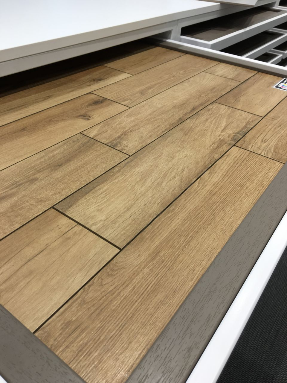 Choix couleur de joint carrelage imitation parquet 11 for Pose en quinconce carrelage