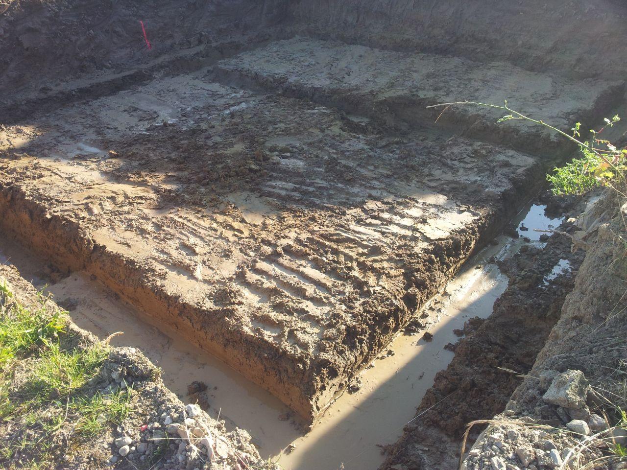 Début des fouilles pleine masse. <br /> Traces des pluies catastrophiques des 2 dernières semaines.