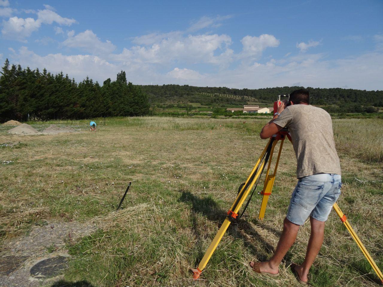Passage du géomètre pour l'implantation des points de la maison.