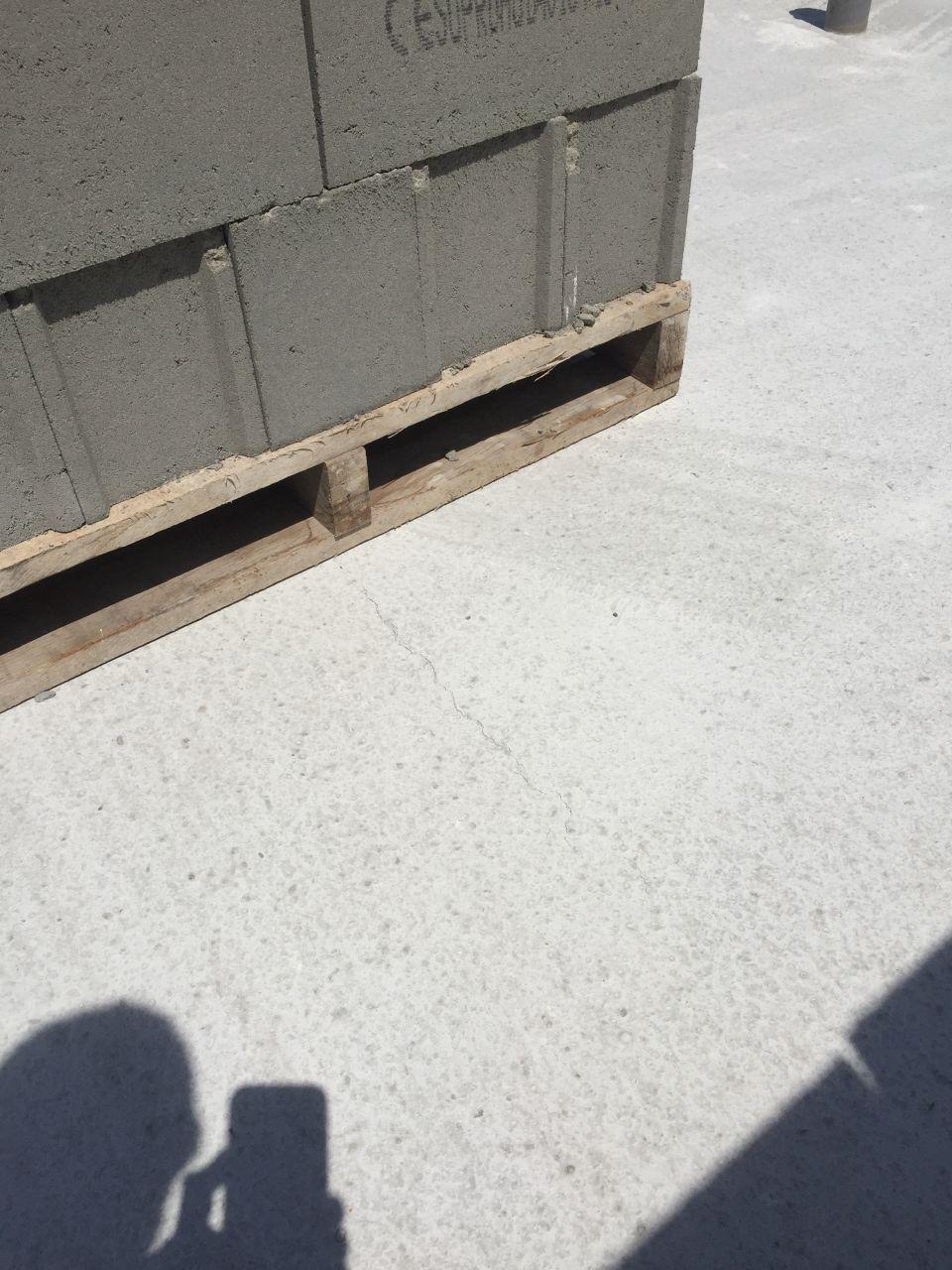 Palette de parpaing sur dalle fraichement coul e r solu - Temps de sechage dalle beton pour marcher dessus ...
