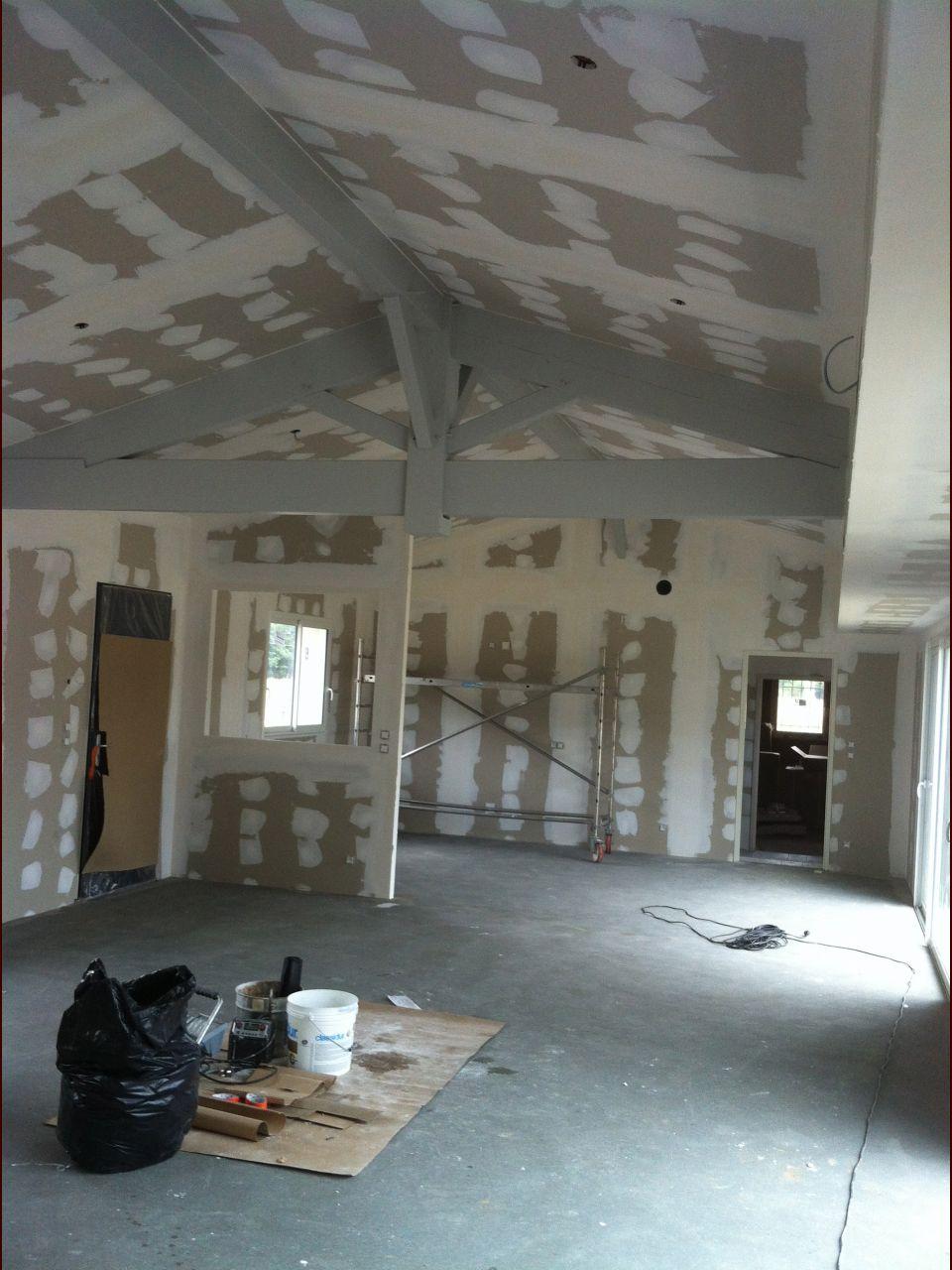 Le salon avance avec le peintre qui a fini de préparer les supports.