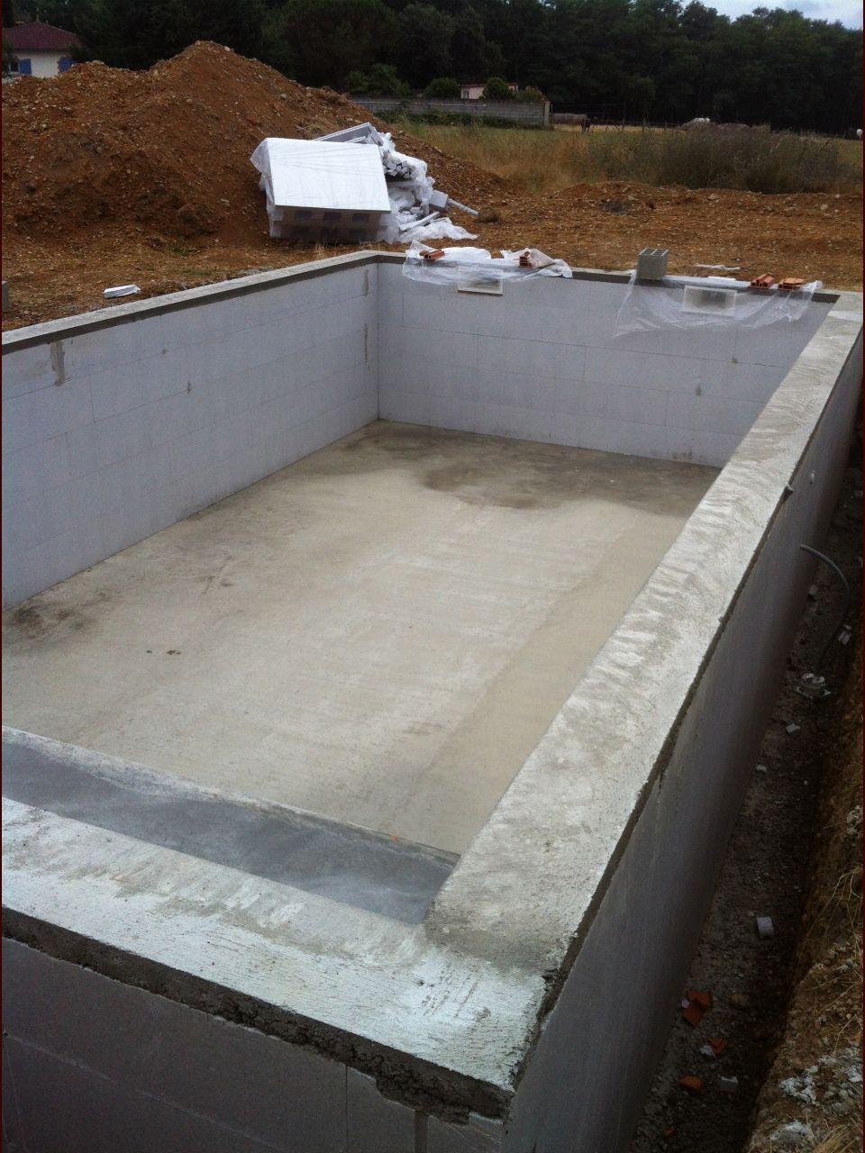 La piscine est terminée. du moins la partie maçonnerie.