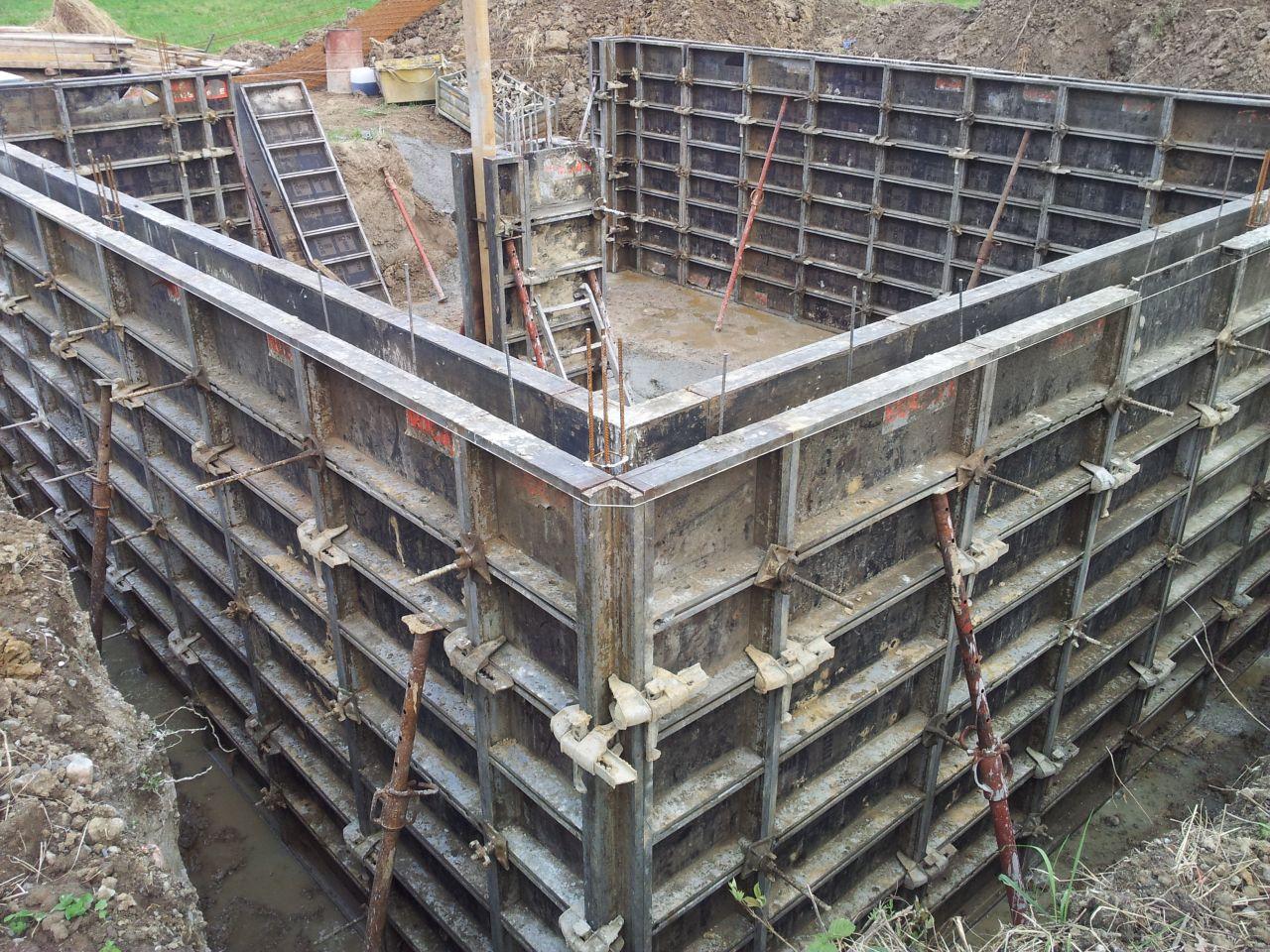 Banches du sous-sol posées et béton coulé