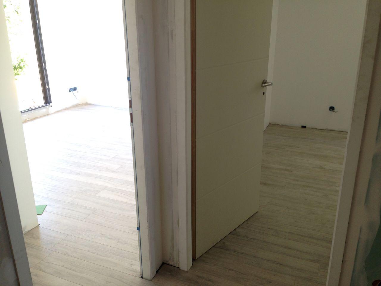 Parquet terminé dans deux chambres sur 3. Reste plinthes à poser.