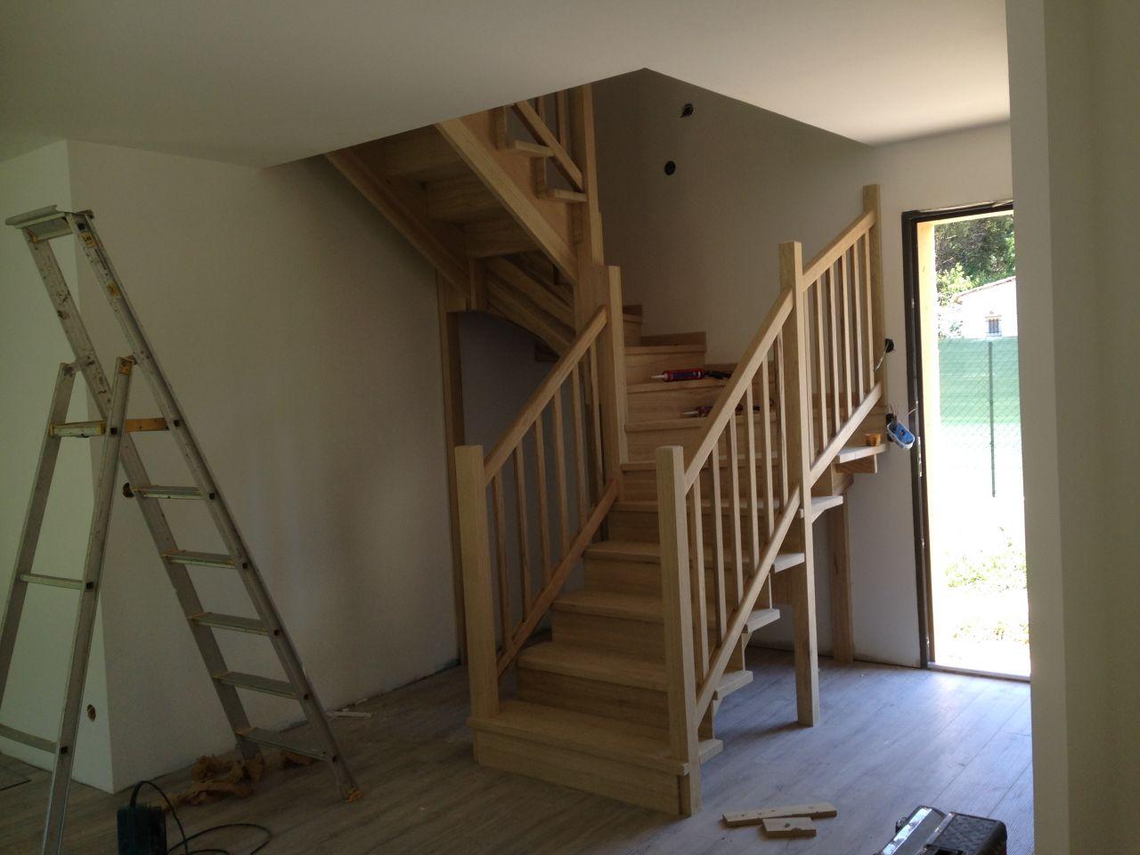Début du montage de l'escalier 1/2 tournant en frake jaune (bois exotique)