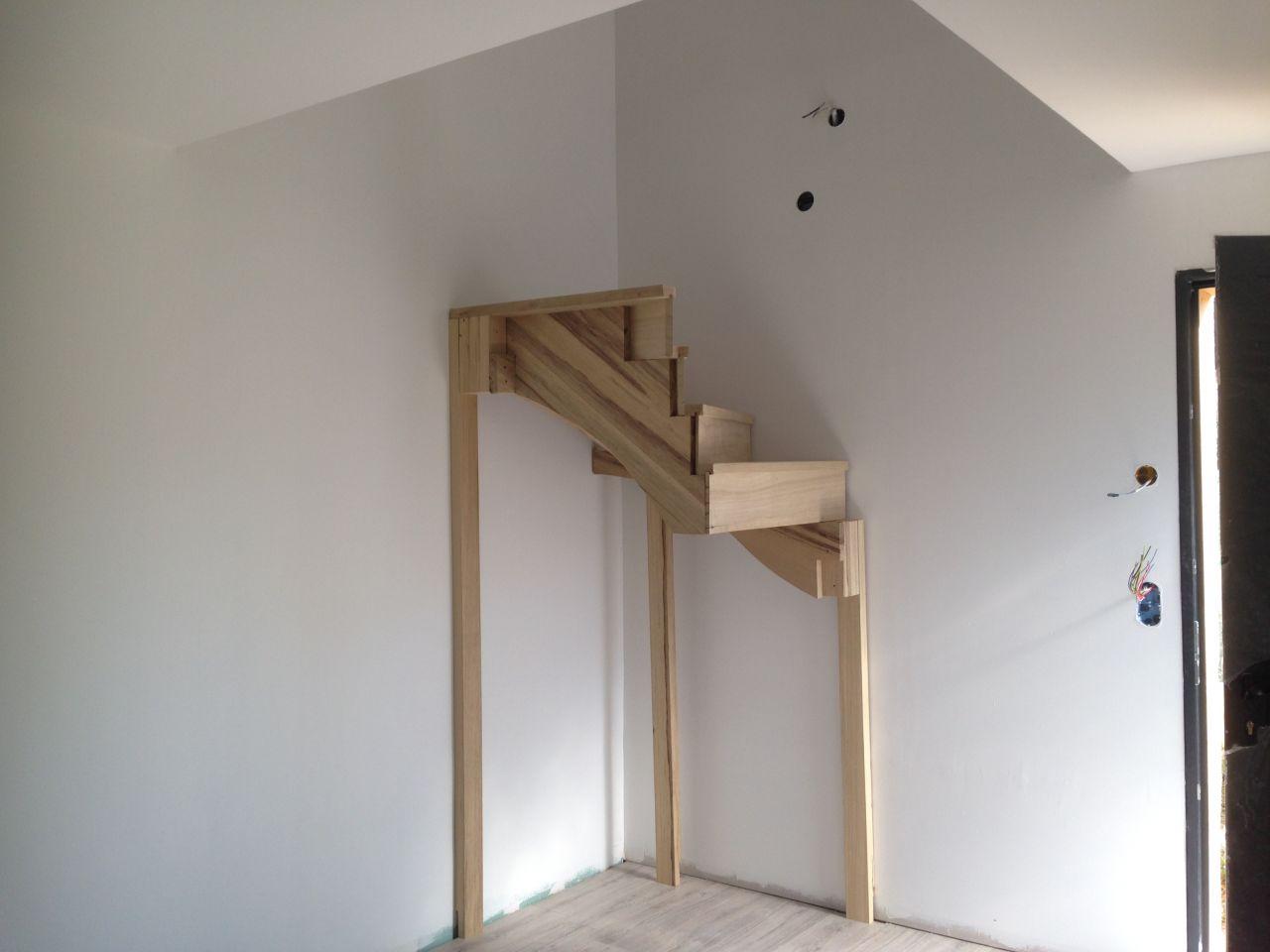 Début du montage de l'escalier en frake jaune (bois exotique)