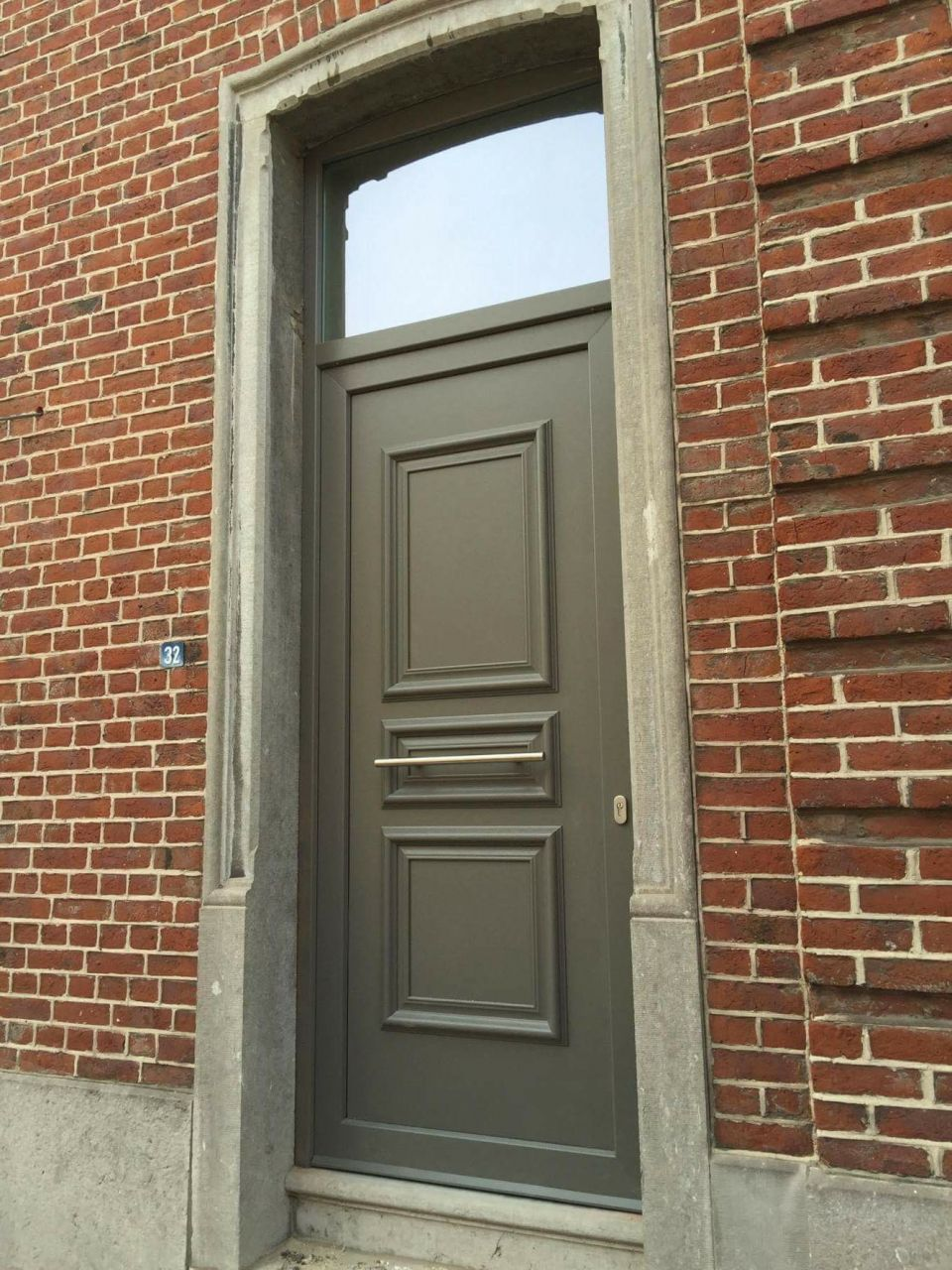 Nouveaux châssis <br /> Gris Quartz RAL 7039 extérieur - blanc intérieur <br /> La porte de garage sera installée à la fin des travaux