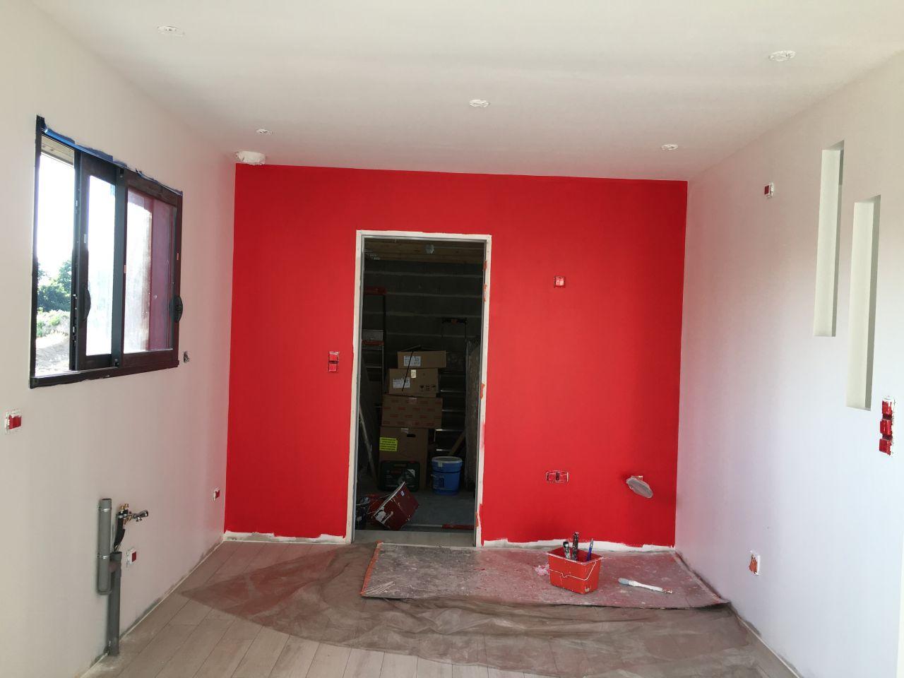 Photo peinture rouge paris sur le mur de la cuisine (1ère couche ...